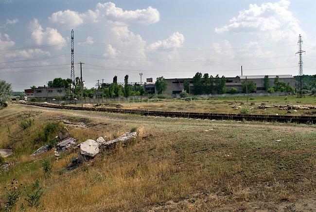 REPUBLIC OF MOLDOVA, Gagauzia, Comrat, 2009/07/1..On leaving Comrat, brownfields in the semi-arid steppe..© Bruno Cogez..REPUBLIQUE MOLDAVE, Gagaouzie, Comrat, 1/07/2009..A la sortie de Comrat, les friches industrielles laissent progressivement  place à la steppe semie aride..© Bruno Cogez