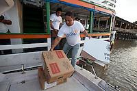 TRE PA transporta as últimas urnas para a 76 zona eleitoral sessão 257 garantindo a eleição na ilha Grande onde ribeirinhos<br /> chegam de canoas, rabetas e barcos com 271 eleitores.<br /> Belém, Pará, Brasil.<br /> Foto Paulo Santos<br /> 26/10/2014