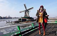 Nederland -  Zaanstad -  2018. Toeristen op een molen in Zaanse Schans.  Foto Berlinda van Dam / Hollandse Hoogte