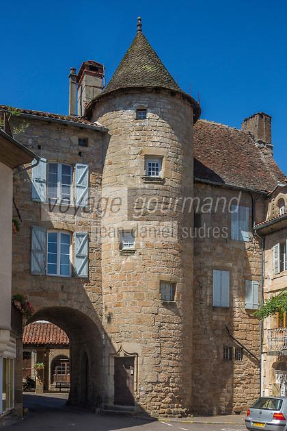 France, Lot, (46), Lacapelle-Marival: Porte de l'Arbol et la halle du XVe siècle.  // France, Lot, Lacapelle-Marival: Arbol door and the market hall of the fifteenth century.