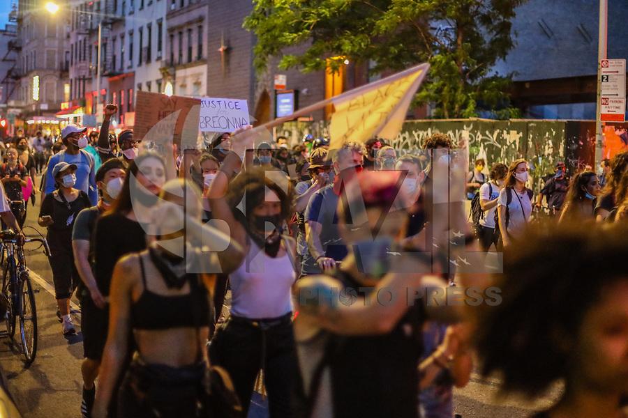 NOVA YORK, EUA, 06.06.2020 - PROTESTO-EUA<br /> Manifestantes em grande maioria usando mascara de proteção contra coronavirus Covid-19 e mantendo residência ao Toque de recolher imposto na cidade durante ato contra a violência a pessoas negras nas ruas de Manhattan na cidade de Nova York nos Estados Unidos neste sábado, 06. Protestos em todo o país foram motivados depois da morte de George Floyd no dia 25 de maio, após de ser asfixiado por 8 minutos e 46 segundos pelo policial branco Derek Chauvin em Minneapolis, no estado de Minnesota. (Foto: Vanessa Carvalho/Brazil Photo Press)
