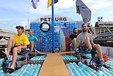 Jan Kara, Jakub Bures, Jan Brant und Jan Holan (v.l.n.r.) / Zwei junge Tschechen haben 6.000 Plastikflaschen gesammelt, um darauf ein Abenteuer zu erleben. Sie haben ein Boot gebaut und fahren damit die Elbe hinunter, bis nach Hamburg.