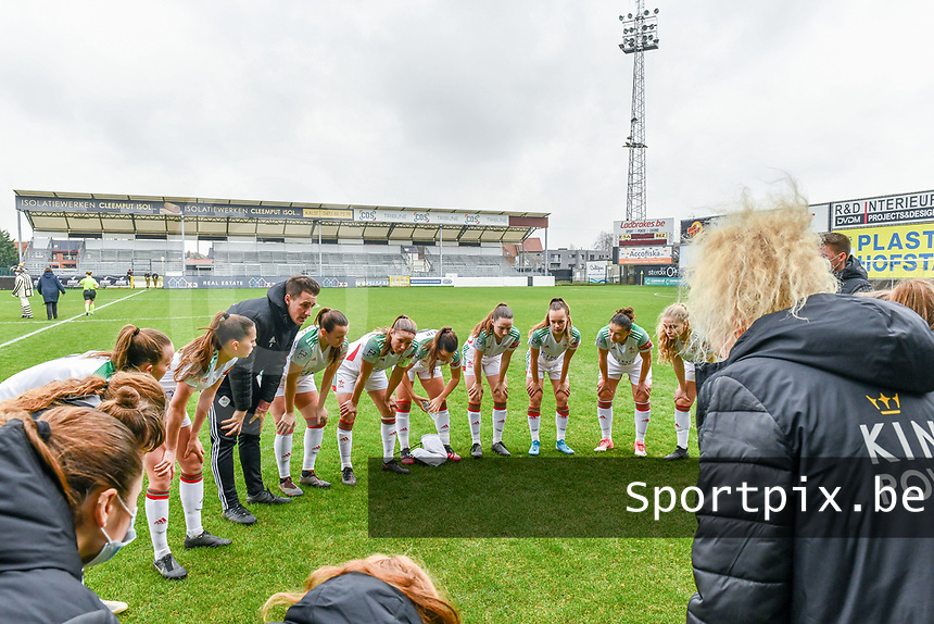 team OHL pictured before a female soccer game between Eendracht Aalst and OHL on the 13 th matchday of the 2020 - 2021 season of Belgian Scooore Womens Super League , Saturday 6 th of February 2021  in Aalst , Belgium . PHOTO SPORTPIX.BE | SPP | STIJN AUDOOREN
