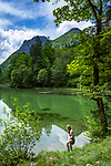 Deutschland, Bayern, Chiemgau, bei Ruhpolding: Wandern um den Taubensee, dahinter die Chiemgauer Alpen | Germany, Bavaria, Chiemgau, near Ruhpolding: hiking around lake Taubensee and Chiemgau Alps at background