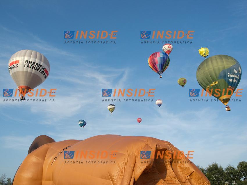 05.08.2011, Sundering, Barnstorf, GER, 11. BBFF mit Massenstart am Freitag abend, im BIld Massenstart der 30 Heissluftballone im Flecken Barnstorf ( Kandkreis Diepholz u.a. mit dem Sonderformer der Baerenmarke ( 41 m Hoch ) sowei dem Schwein aus Vechta von Otto Hooping EXPA Pictures © 2011, PhotoCredit: EXPA/ nph/  Kokenge       ****** out of GER / CRO  / BEL ****** <br /> Palloni Aerostatici