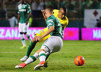 PALMIRA -COLOMBIA-14-06-2017: Nicolas Benedetti (Izq) del Deportivo Cali disputa el balón con Macnelly Torres (Der) de Atletico Nacional durante partido de ida por la final de la Liga Aguila I 2017 jugado en el estadio Palmaseca de Cali. / Nicolas Benedetti (L) player of Deportivo Cali fights for the ball with Macnelly Torres (R) player of Atletico Nacional during first leg match for the final of the Aguila League I 2017 played at Palmaseca stadium in Cali.  Photo: VizzorImage/ Nelson Rios /Cont