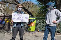 """Mit Transparenten, Plakaten und Flyern protestierten am Sonntag den 19. April 2020 in Berlin Menschen mit mehreren Flashmobs """"gegen das europaeische Grenzregime und die immer weiter zunehmenden Verbote der Meinungsaeusserung"""". Sie hielten dabei Schilder und Transparente, auf denen sie z.B. die Aufnahme der Fluechtlinge in den griechischen Fluechtlingslagern wie Moria forderten oder den Kapitalismus als Ursache fuer die Corona-Krise nannten.<br /> Im Bild: Menschen beim Flashmob auf der Admiralbruecke in Berlin Kreuzberg. Eine Person haelt ein Plakat mit der Aufschrift """"Das Virus macht krank, Kapitalismus toetet"""".<br /> 19.4.2020, Berlin<br /> Copyright: Christian-Ditsch.de<br /> [NUR FUER REDAKTIONELLE ZWECKE! Werbung nur auf Anfrage beim Fotografen. Inhaltsveraendernde Manipulation des Fotos nur nach ausdruecklicher Genehmigung des Fotografen. Vereinbarungen ueber Abtretung von Persoenlichkeitsrechten/Model Release der abgebildeten Person/Personen liegen nicht vor. NO MODEL RELEASE! Don't publish without copyright Christian-Ditsch.de, Veroeffentlichung nur mit Fotografennennung, sowie gegen Honorar, MwSt. und Beleg. Konto: I N G - D i B a, IBAN DE58500105175400192269, BIC INGDDEFFXXX, Kontakt: post@christian-ditsch.de<br /> Bei der Bearbeitung der Dateiinformationen darf die Urheberkennzeichnung in den EXIF- und  IPTC-Daten nicht entfernt werden, diese sind in digitalen Medien nach §95c UrhG rechtlich geschuetzt. Der Urhebervermerk wird gemaess §13 UrhG verlangt.]"""