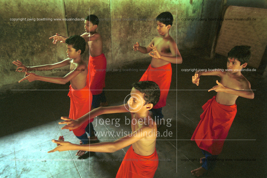 INDIA Kerala , Cheruthuruthi, school for Kathakali classical indian dance drama, boys learning to gesticulate and dance  - INDIEN Kerala, klassisches indisches Tanzdrama Kathakali, Schule für Kinder und Jugendliche in Cheruthuruthi, Training von Gestikulation und Tanz