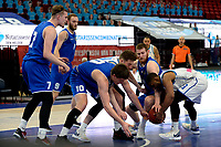 27-03-2021: Basketbal: Donar Groningen v Den Helder Suns: Groningen Den Helder speler Yarick Brussen, Donar speler Willem Brandwijk Den Helder speler Yarick Brussen en Donar speler Jarred Ogungbemi-Jackson vechten om de bal