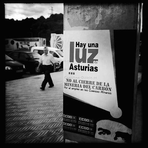 Bergarbeiterstreik in Spanien.<br /> Plakat der Gewerkschaft CCOO in La Felguera in der Provinz Asturien.<br /> 2.7.2012, La Felguera/Spanien<br /> Copyright: Christian-Ditsch.de<br /> [Inhaltsveraendernde Manipulation des Fotos nur nach ausdruecklicher Genehmigung des Fotografen. Vereinbarungen ueber Abtretung von Persoenlichkeitsrechten/Model Release der abgebildeten Person/Personen liegen nicht vor. NO MODEL RELEASE! Nur fuer Redaktionelle Zwecke. Don't publish without copyright Christian-Ditsch.de, Veroeffentlichung nur mit Fotografennennung, sowie gegen Honorar, MwSt. und Beleg. Konto: I N G - D i B a, IBAN DE58500105175400192269, BIC INGDDEFFXXX, Kontakt: post@christian-ditsch.de<br /> Bei der Bearbeitung der Dateiinformationen darf die Urheberkennzeichnung in den EXIF- und  IPTC-Daten nicht entfernt werden, diese sind in digitalen Medien nach §95c UrhG rechtlich geschuetzt. Der Urhebervermerk wird gemaess §13 UrhG verlangt.]