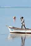MUS, Mauritius, Grand Port, bei Providence, Frau sammelt Meeresfruechte, Mann im Boot | MUS, Mauritius, Grand Port, near Providence, woman looking for seafood, man in boat