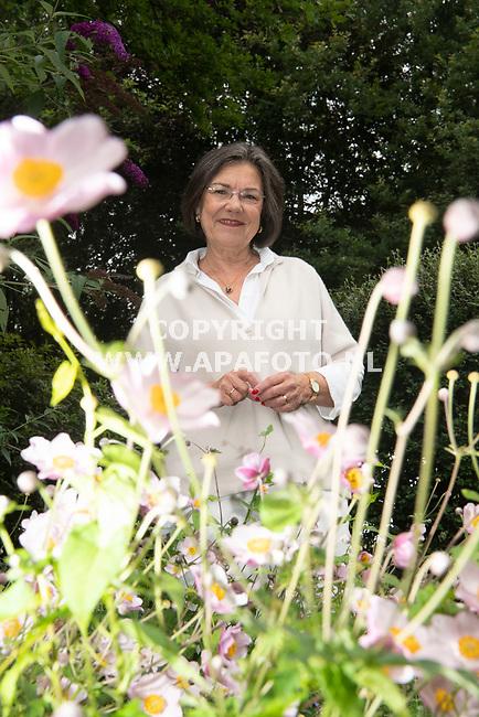 Garderen, 180821 - Foto Ruben Meijerink / APA FOTO<br />Gerdi Verbeet in haar eigen tuin.