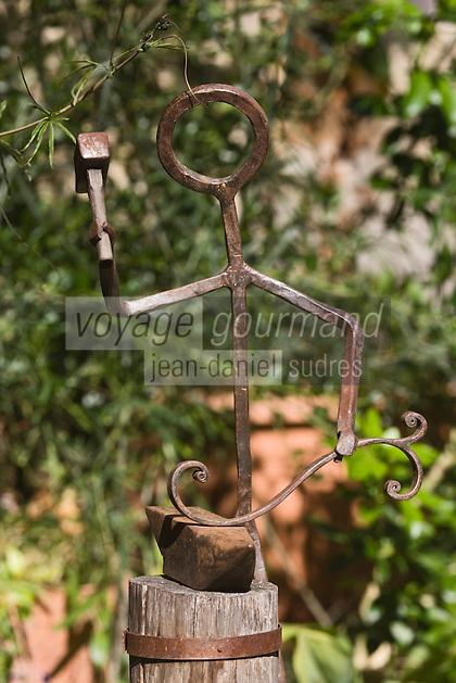 Europe/France/Midi-Pyrénées/46/Lot/Lherm: statue représentant un forgeron, le village était spécialisé dans l'industrie du fer dés le moyen age