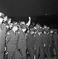 Cordon de securite pour contenir la foule au concert des Beach Boys, arena Maurice-Richard. 19 fevrier 1965. .