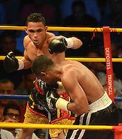 BARRANQUILLA-COLOMBIA- 24-10-2014. Darleys Pérez (Izq), boxeador colombiano, con nocaut en el sexto asalto, retiene su título mundial interino del peso ligero de la AMB ante el venezolano Jaider Parra (Der), en pelea realizada este viernes por la noche en el coliseo de la Universidad del Norte de Barranquilla, en el marco de la velada 'Nocaut a las drogas'./ Darleys Perez (L), Colombian boxer with knockout in the sixth assault, retains its interim world lightweight title WBA against Venezuelan Jaider Parra (R), in a fight on Friday night at the Coliseum at the University of North, as part of the evening 'Knock on drugs'. Photo: VizzorImage/Alfonso Cervantes/STR