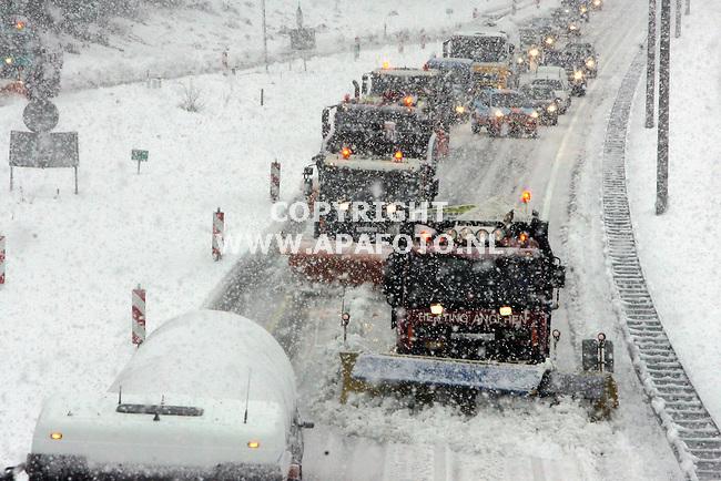 beekbergen 251105 nauwlijks 10 km van arnhem waar de regen neerplenst ligt op de veluwe zoals hier op de a50 meer dan 20 cm sneeuw.de baan van apeldoorn naar arnhem is zelfs afgesloten.<br />foto frans ypma APA-foto