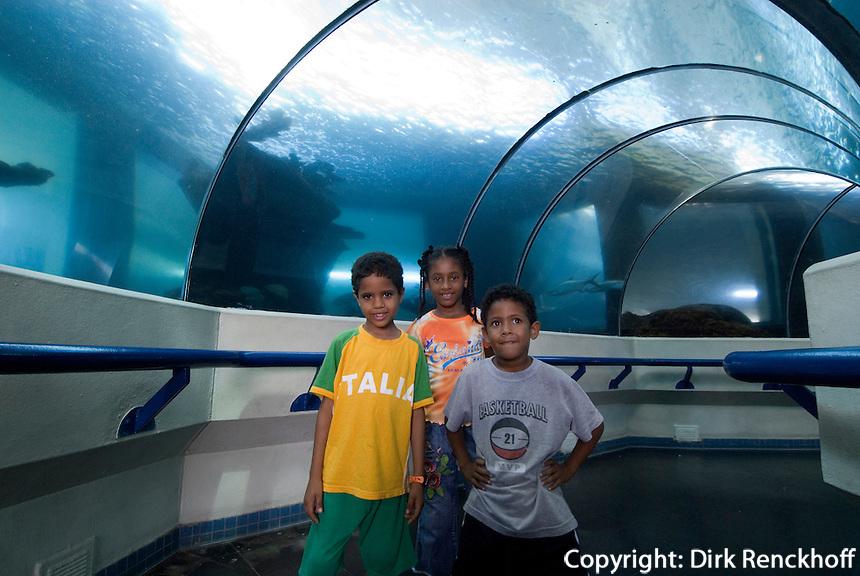 Dominikanische Republik, Haifisch-Tunnel im Acuario Nacional in Santo Domingo. Kinder