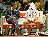 21-9-07, Netherlands, Rotterdam, Daviscup NL-Portugal, Frederico Gil verbergt zich onder zijn handdoek naast hem captain Cordeiro