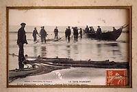 """Europe/France/Aquitaine/33/Gironde/Bassin d'Arcachon/Le Cap Ferret: Vieilles cartes postales du Cap Ferret au restaurant """"Chez Hortense"""" - Pêcheur de la côte d'argent"""