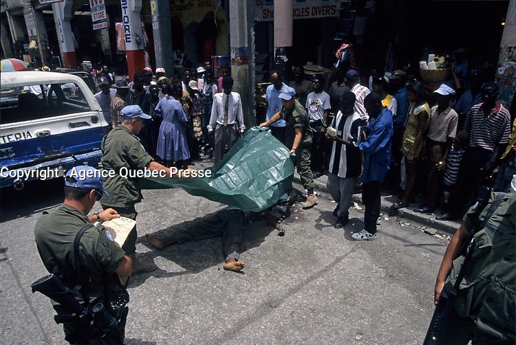 Canadian army soldierscover an Haitian who just got killed , during the United Nation<br /> 1997 peace mission in Haiti.<br /> <br /> Les soldats de l'armée Canadienne durant la mission de paix de l'ONU en 1997 en Haiti.<br /> <br /> photo : (c)  Images Distribution