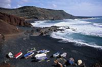 Europe/Espagne/Canaries/Lanzarote/Casas de El Golfo : La plage et les barques de pêcheurs