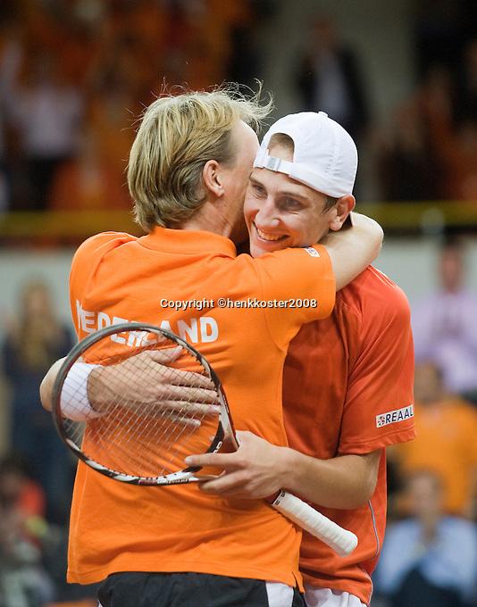 21-9-08, Netherlands, Apeldoorn, Tennis, Daviscup NL-Zuid Korea, :  Thiemo de Bakker scores the winning point for the Netherlands and is embraced bij captain Jan Siemerink