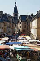 Europe/France/Aquitaine/24/Dordogne/Vallée de la Dordogne/Périgord/Périgord Noir/Sarlat-la-Canéda: Jour de marché place de la Liberté, à l'arrière plan la cathédrale Saint Sacerdos