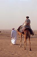 Vereinigte arabische Emirate (VAE, UAE), Bab al Shams bei Dubai, Touristen beim Kamelreiten