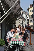 Straßenrestaurant in der Niederdorfstraße, Zürich, Schweiz