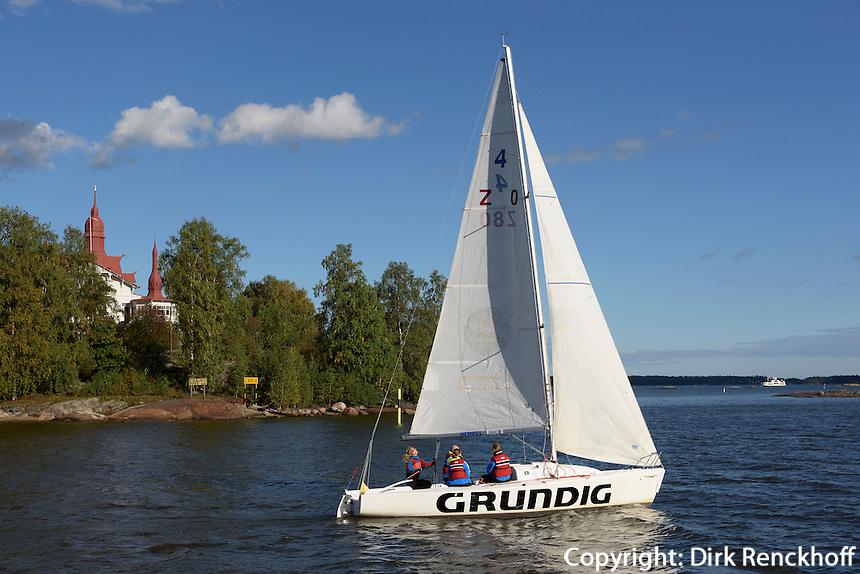 Segelboot vor Insel Luoto Klippan, Helsinki, Finnland