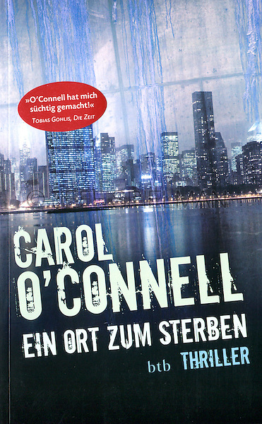 EIN ORT ZUM STERBEN, by Carol O'Connell<br /> (Originally Published in English as 'Mallory's Oracle'<br /> <br /> 2010 German Edition<br /> Published by: btb/Random House Germany<br /> <br /> Photo of New York City Skyline on an Overcast Night available from plainpicture.  Please go to www.plainpicture.com and search  for image #p5690078.