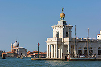 Italie, Vénétie, Venise:   Punta della Dogana , La Palla d'Oro avec la statue de Fortune  // Italy, Veneto, Venice:  Punta della Dogana
