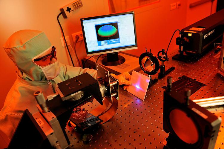 IM2NP : Institut Matériaux Microélectronique Nanosciences de Provence. - Faculté de Saint-Jérôme - Marseille -  équipe OPTO-Photovoltaique - Dispositif d'insolation laser en salle blanche.