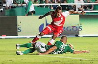CALI -COLOMBIA, 15-06-2013. Vladimir Marin (abajo) del Deportivo Cali disputa el balón con Wilder Medina (arriba) Independiente Santa Fe de los cuadrangulares finales F1 de la Liga Postobón 2013-1 jugado en el estadio Pascual Guerrero de la ciudad de Cali./ Vladimir Marin (below) of Deportivo Cali fights with the ball with Wilder Medina (up) of Independiente Santa Fe during match of the final quadrangular 1th date of Postobon  League 2013-1 at Pascual Guerrero stadium in Cali city. Photo: VizzorImage/ Juan Carlos Quintero/STR