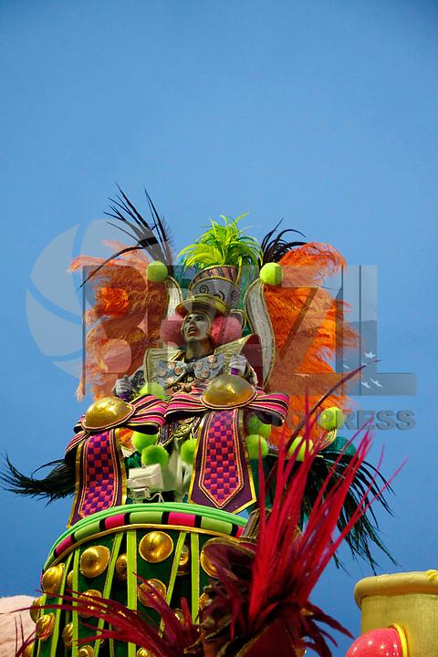 RIO DE JANEIRO, RJ, 07 DE MARÇO DE 2011 - CARNAVAL RJ - MANGUEIRA - Integrantes da Mangueira no primeiro dia de Desfile das Escolas de Samba do Grupo Especial do Rio de Janeiro, na Marquês de Sapucaí (Sambódromo), no centro da cidade, na madrugada desta segunda-feira (7). (FOTO: WILLIAM VOLCOV / NEWS FREE).