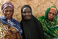 BURKINA FASO, Kaya, IDP Fluechtlinge,  nach Attacken auf das Dorf Dablo haben sie im Haus von Idrissa Jean Bruno OUÉDAROGO (« Papa Jean ») Zuflucht gefunden, muslimische und christliche Frauen