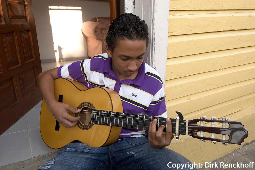 Dominikanische Republik, Gitarrenspieler an der Calle Hostos in Santo Domingo