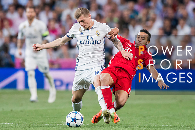 Toni Kroos (l) of Real Madrid fights for the ball with Thiago of FC Bayern Munich during their 2016-17 UEFA Champions League Quarter-finals second leg match between Real Madrid and FC Bayern Munich at the Estadio Santiago Bernabeu on 18 April 2017 in Madrid, Spain. Photo by Diego Gonzalez Souto / Power Sport Images