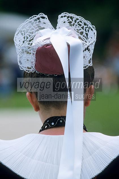 Europe/France/Bretagne/56/Morbihan/Gourin : Détail coiffe d'un groupe de Riec-sur-Belon lors de la fête de la crêpe