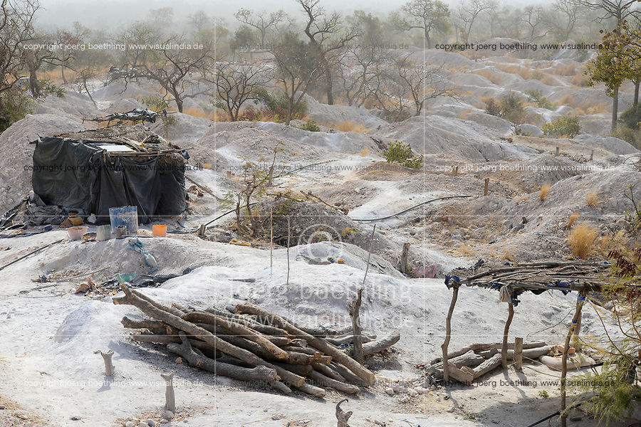 MALI, Kayes, Sadiola, artisanal gold mining, camp of small scale miner / Klein-Goldbergbau Camp