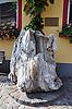 versteinerter Stumpf eines Mammutbaumes vor dem Museum in Nierstein