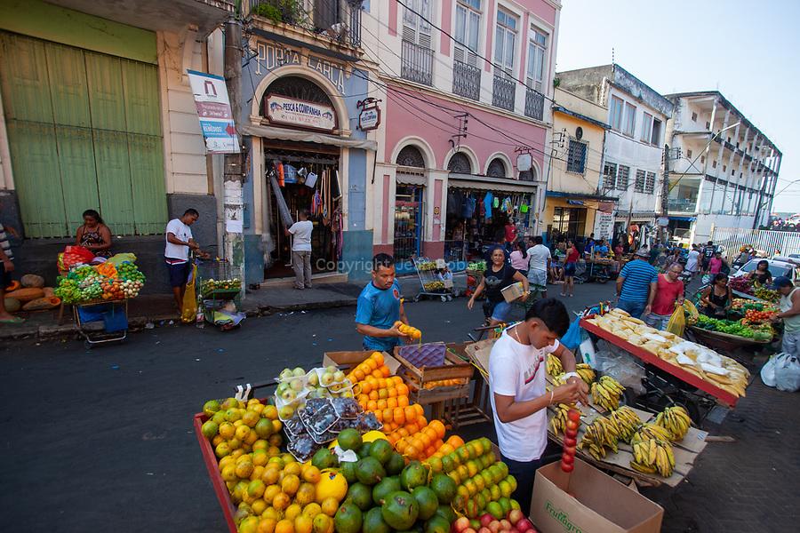 Marché de Manaus en bordure du fleuve. Ne ratez pas les immenses étals de fruits et légumes, de poissons, de viandes, ou encore d'épices… On y trouve de tout. Une partie du marché est également dédiée à l'artisanat local et à la restauration.