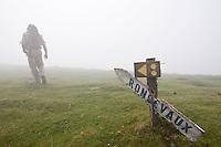 """Europe/France/Aquitaine/64/Pyrénées-Atlantiques/Pays-Basque/La Croix Thibault, chemin de Compostelle La Croix Thibault est complètement """"décorée"""" par les pélerins et les vacanciers en progression sur cette portion du Camino Frances et qui déposent de petites pierres ou attachent des chiffons sur la balustrade."""