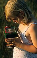 Mädchen, Kind beobachtet Insekt in einem kleinen Terrarium