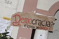 ATENCAO EDITOR: FOTO EMBARGADA PARA VEICULOS INTERNACIONAIS - SAO PAULO, SP, 14 DE NOVEMBRO 2012 - GREVE PUC-SP - Alunos da PUC-SP se reunem para assembleia geral em protesto contra a nomeacao da professora Anna Maria Marques Cintra como nova reitora, na noite dessa quarta-feira, 14, bairro de Perdizes, zona oeste da capital   - FOTO LOLA OLIVEIRA - BRAZIL PHOTO PRESS