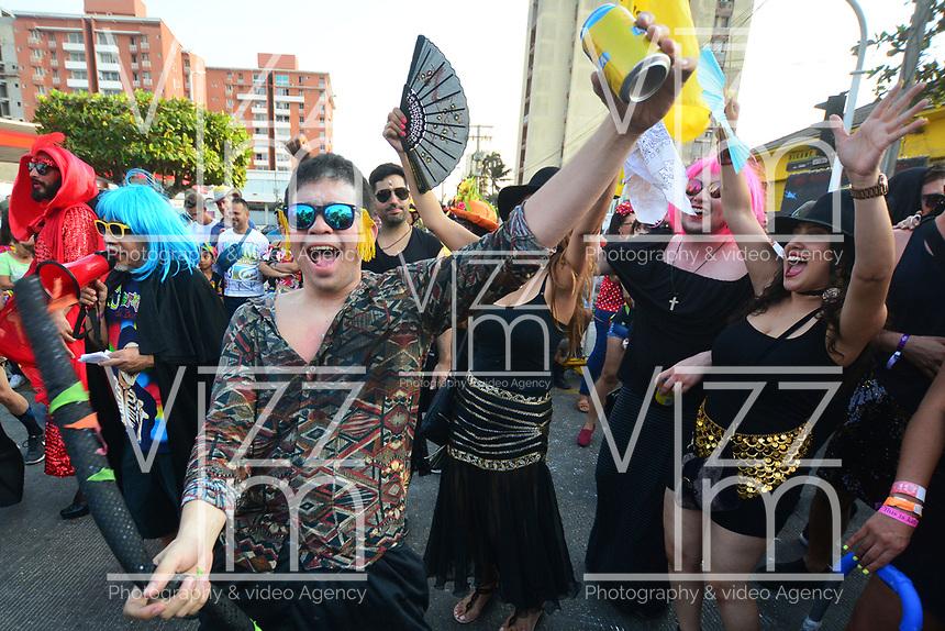 BARRANQUILLA - COLOMBIA, 05-03-2019: Gente de todos los lugares se toman las calles para recrear al muerte de Joselito Carnaval con lo cual se da por finalizado el Carnaval de Barranquilla 2019, patrimonio inmaterial de la humanidad, que se lleva a cabo entre el 2 y el 5 de marzo de 2019 en la ciudad de Barranquilla. / People from everywhere take the streets to recreate the death of Joselito Carnaval with which is terminated the Barranquilla Carnival 2019, intangible heritage of mankind, that be held between March 2 to 5, 2019, at Barranquilla city. Photo: VizzorImage / Alfonso Cervantes / Cont.