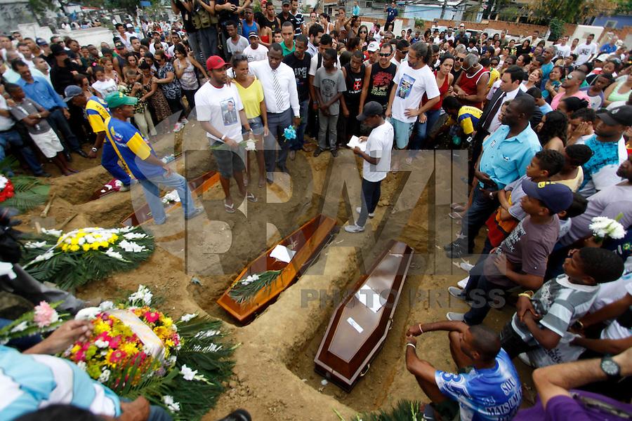 ATENÇÃO EDITOR: FOTO EMBARGADA PARA VEÍCULOS INTERNACIONAIS. - RIO DE JANEIRO,OLIMDA, 11 DE SETEMBRO DE 2012- ENTERRO VÍTMAS DA  CHACINA NA  COMUNIDADE DA  CHATUBA- As  seis  vítimas da chacina no último sábado (8) por  marginais  da  comunidade da  Chatuba, foram  enterradas no início da  tarde desta terça-feira  no Cemitério de Olímda,Baixada  Fluminense<br /> ( GUTO MAIA / BRAZIL PHOTO PRESS )