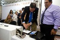 """Instituto Evandro Chagas rumo aos 80 anos.<br /> <br /> O novo diretor do Instituto Evandro Chagas, Dr. Pedro Fernando da Costa Vasconcelos,  foi empossado pelo representante do Ministério da Saúde, Dr Jarbas Barbosa da Silva Júnior  em cerimônia  pelos 78 anos da instituição e homenageia a Dra. Elisabeth Conceição de Oliveira Santos, ex diretora da instituição nos últimos oito anos por sua atuação. <br /> Durante o evento,  o selo postal comemorativo """" Instituto Evandro Chagas rumo aos 80 anos.""""  foi lançado pelos Correios. Autoridades, pesquisadores e convidados lotaram o auditório do IEC em Ananindeua.<br /> <br /> O Instituto Evandro Chagas, órgão vinculado à Secretaria de Vigilância em Saúde (SVS) do Ministério da Saúde (MS), atua nas áreas de pesquisas biomédicas e na prestação de serviços em saúde pública. Sua área de atuação está relacionada às investigações e pesquisas nas áreas de Ciências Biológicas, Meio Ambiente e Medicina Tropical. Há mais de sete décadas atuando em defesa da qualidade de vida da população brasileira, o IEC tem se notabilizado por inúmeras descobertas, o que o torna referência mundial como centro de excelência em pesquisas científicas. Seu corpo de pesquisadores tem sido incansável na luta pela garantia de serviços de saúde ao povo amazônida a partir de pesquisas relevantes, consolidando o Instituto como centro de excelência em diversas linhas de pesquisas.<br /> <br /> <br /> Nos últimos 8 anos de história do IEC, quem esteve à frente da Instituição foi a Dra. Elisabeth Conceição de Oliveira Santos. Durante sua gestão, o Instituto experimentou grande crescimento nas pesquisas realizadas, o número de agentes causadores de doenças pesquisados pelo IEC triplicou. Houve também a criação do Centro de Inovações Tecnológicas (CIT), que possibilitou o início das pesquisas com nanotecnologia, genômica e proteômica, além da inauguração dos laboratórios de nível de biossegurança 3 (NB3 e NBA3), para citar apenas algu"""