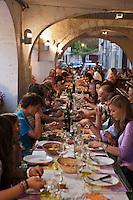 Europe/France/Midi-Pyrénées/32/Gers/Valence-sur-Baïse: Fête du village -Repas sous les arcades de la bastide