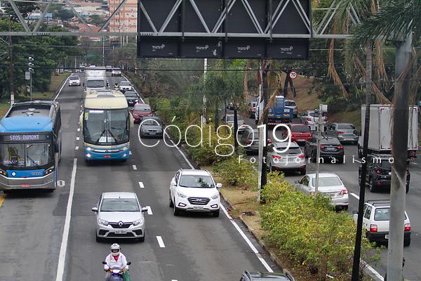 Campinas (SP), 17/08/2020 - Trânsito-SP - Movimento na avenida Prestes Maia na entrada de Campinas, interior de São Paulo, nesta segunda-feira (17).